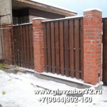 Забор из деревянного штакетника на ленточном фундаменте с кирпичными столбами, Тюмень, Княжевская.