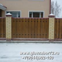 Забор из деревянного штакетника на ленточном фундаменте с кирпичными столбами, Тюмень, Метелево